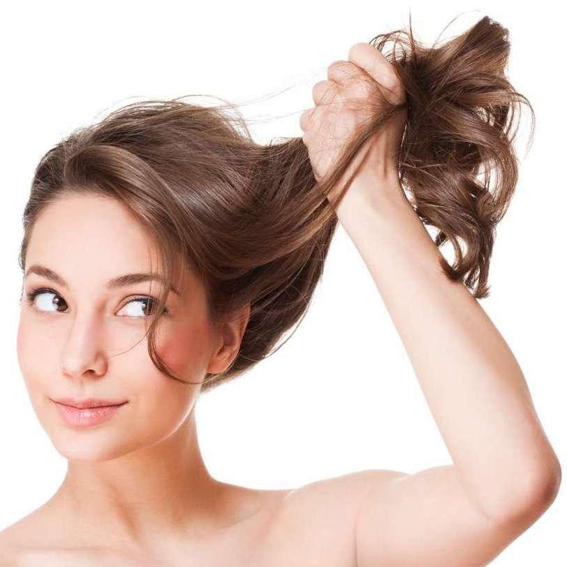 come combattere la forfora tra i capelli